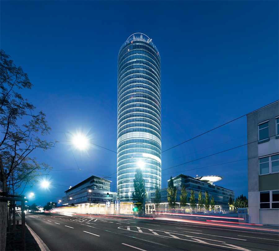 Business Tower bei Nacht