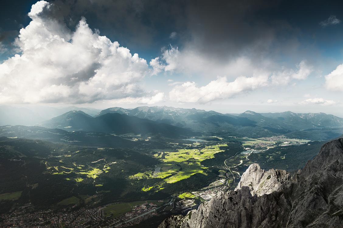 Karwendelgebirge, Ausblick von oberer Karwendelspitze auf Mittenwald, Isar, Krün, Wallgau