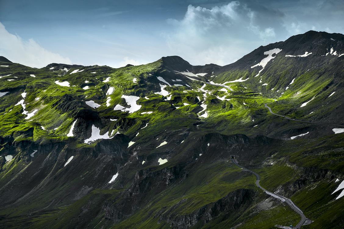 Die Großglockner Hochalpenstraße verschwindet im Berg