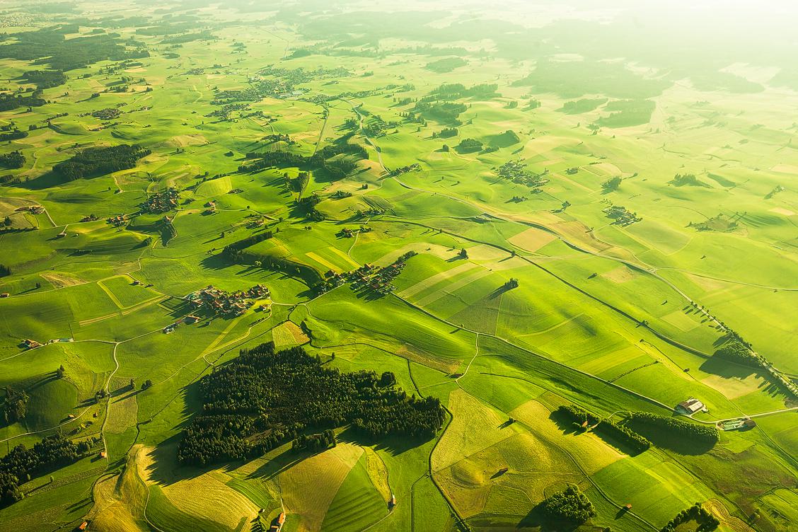 Die typische hügelige grüne Landschaft des Allgäus