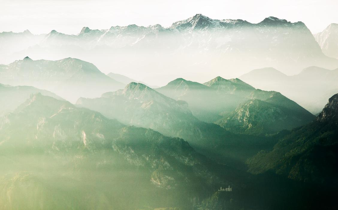 Schloss Neuschwanstein vor der Kulisse der Alpen