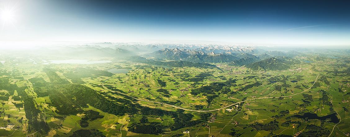 Das Allgäu von oben, mit Blick auf die A7 von Kempten nach Füssen