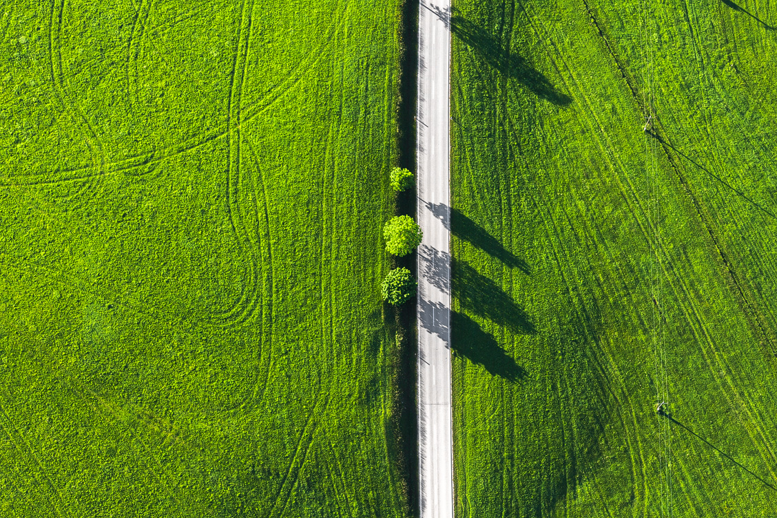 Luftaufnahme einer Straße im Allgäu