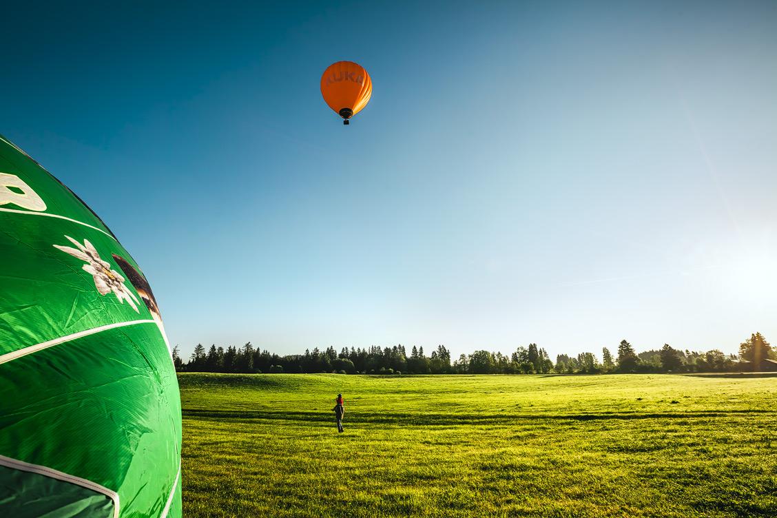 Ein Ballon fliegt in den Morgenhimmel