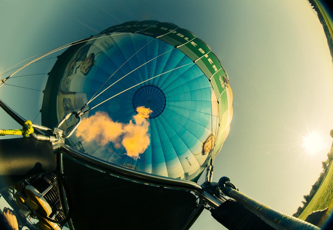 Mittels heißer Luft wird der Ballon aufgefühlt