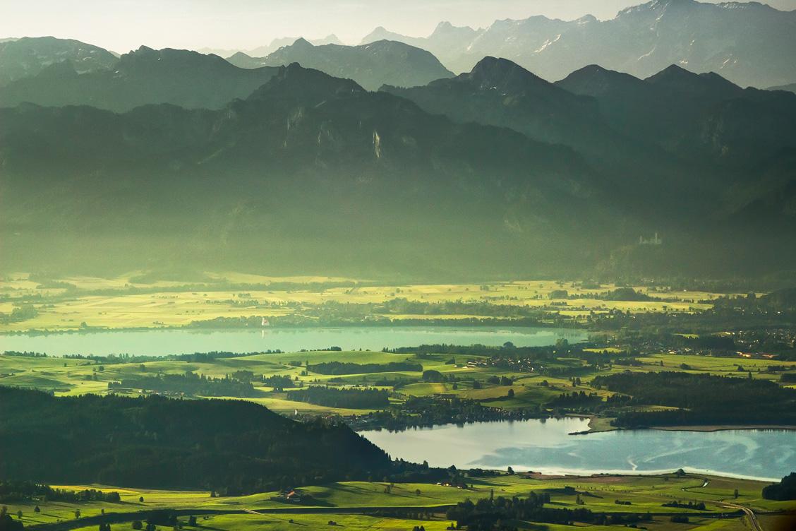 Der Blick aus dem Ballon auf Hopfensee und Forggensee, sowie Schloss Neuschwanstein und die Alpen