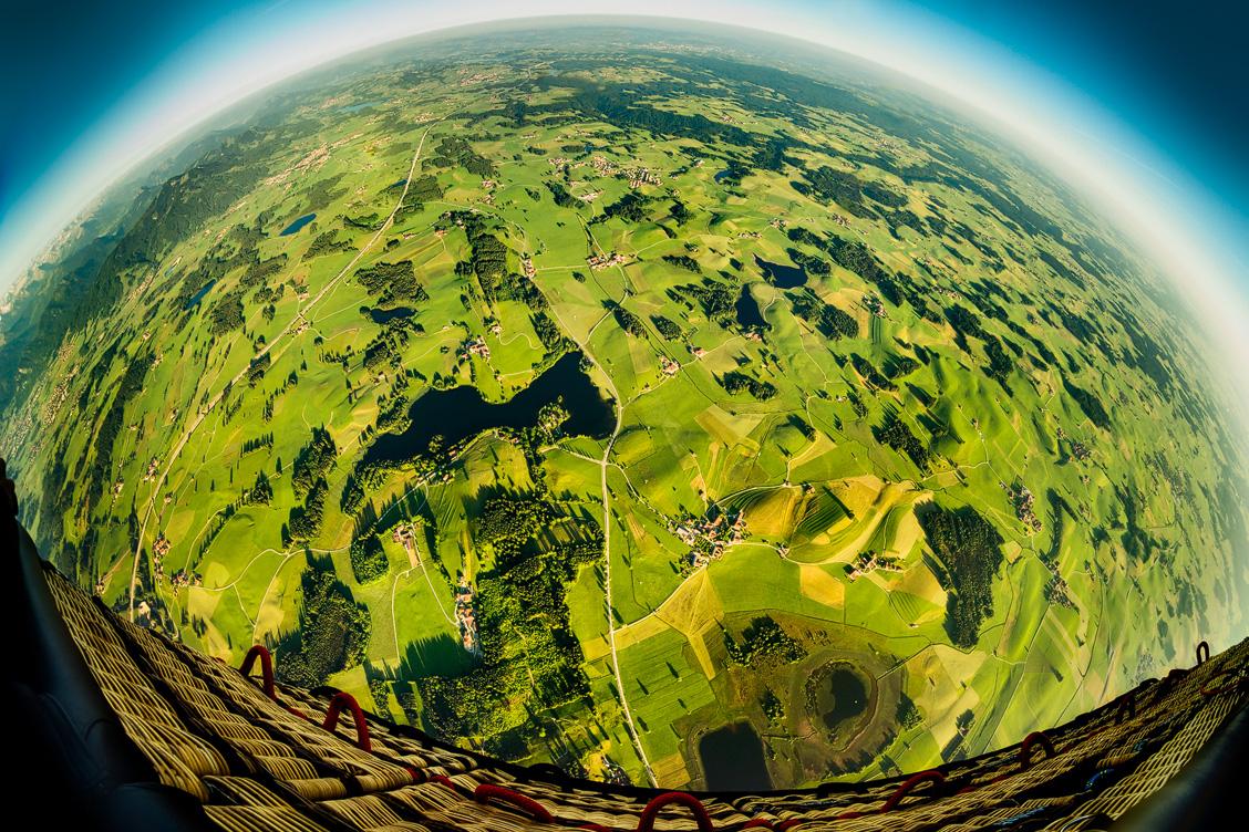 Blick aus dem Ballon nach unten auf das Allgäu