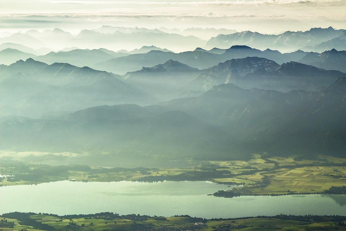 Blick auf den Forggensee und die Alpen im Hintergrund