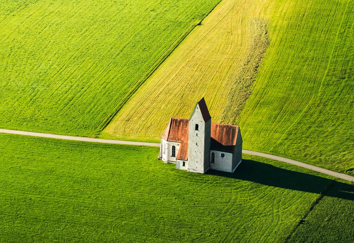 Eine Kirche im Allgäu von oben