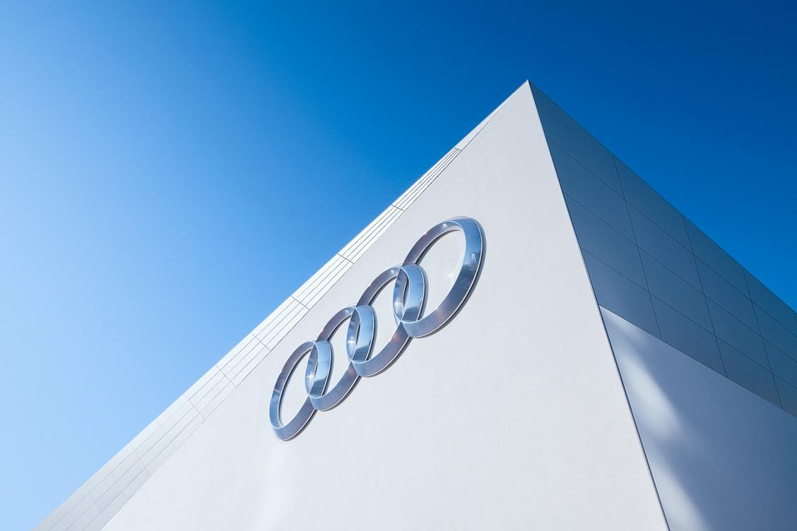 Audi Branding auf der Außenfläche des freistehenden Audi Gebäudekubus – IAA 2015 in Frankfurt