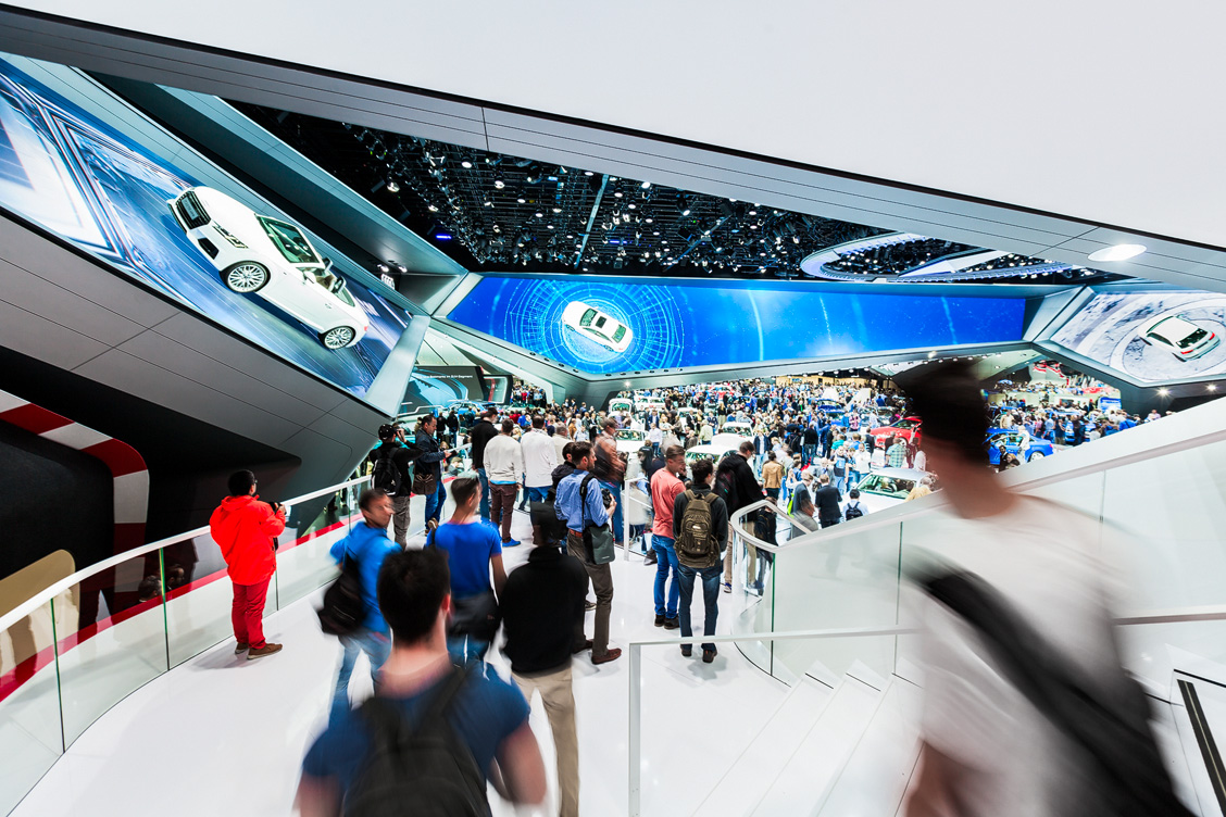Innenbereich des Audi Messestands mit der Fahrzeugausstellung