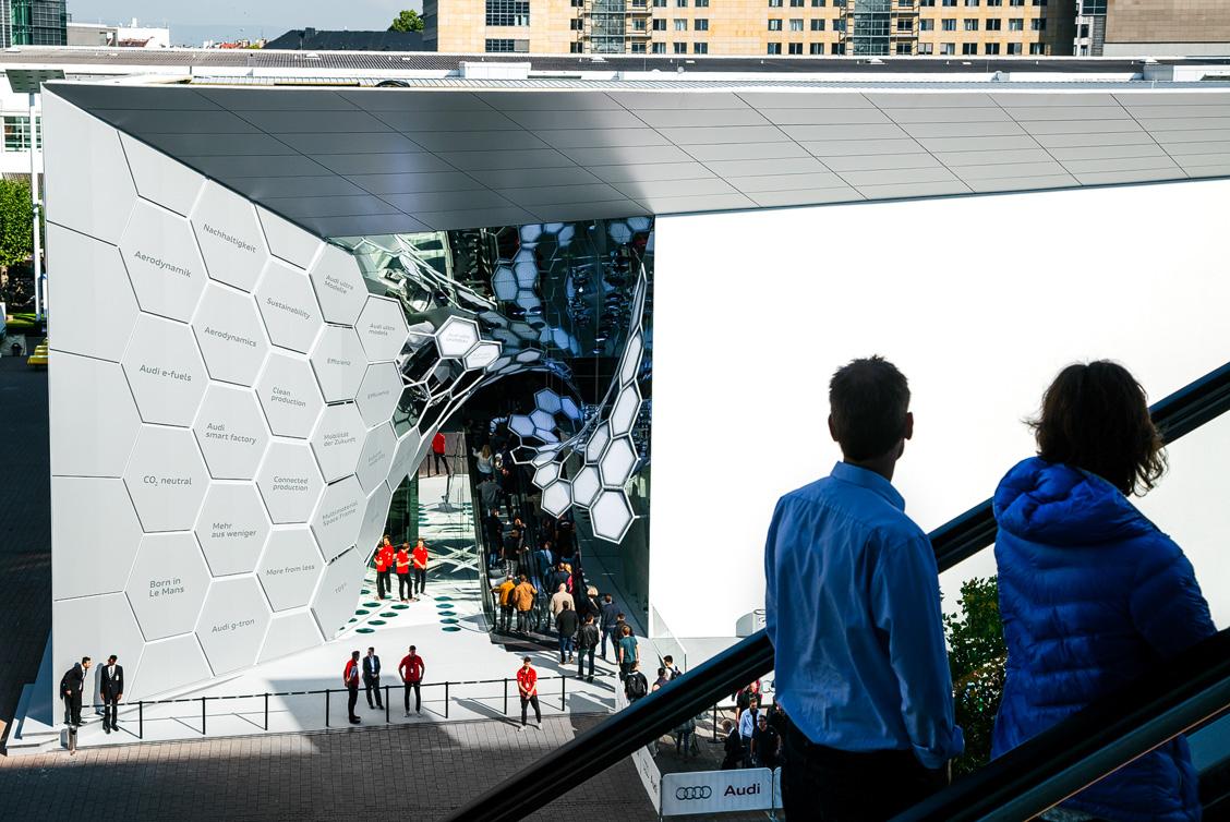 Blick auf den spektakulären Eingangsbereich mit einer organisch vernetzte Leichtbauskulptur und Rolltreppe des Audi Messestands auf der IAA 2015