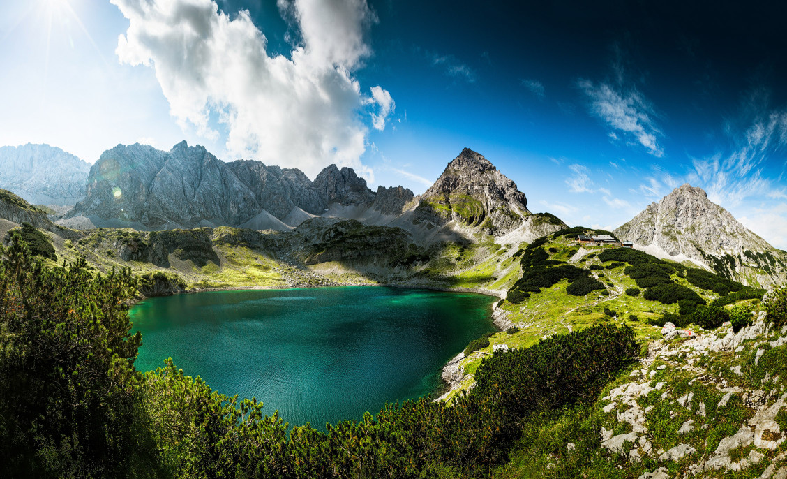 Drachensee in Tirol an der Coburger Hütte, umgeben vom Vorderen Drachenkopf und der Sonnenspitze